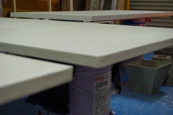 モールテックスを塗った天板を乾かしている