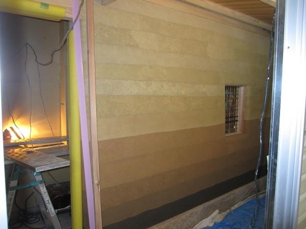 塗り版築仕上げを施工中の現場画像左アングル