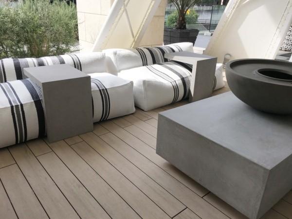 テントの中にあるモールテックスを使ったローテーブルとソファー用テーブル、器状のオブジェクト。ソファー