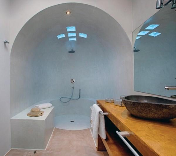 モールテックスを使用した洞窟のように窪んだ形状のシャワー室