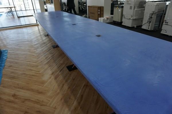 青いモールテックスを使用した机
