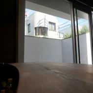 部屋の中から見たポリーブルの外壁離れたところからの画像