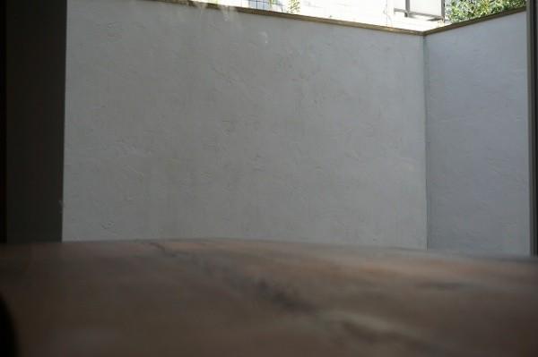 部屋の中から見たポリーブルの外壁少し寄ったところからの画像