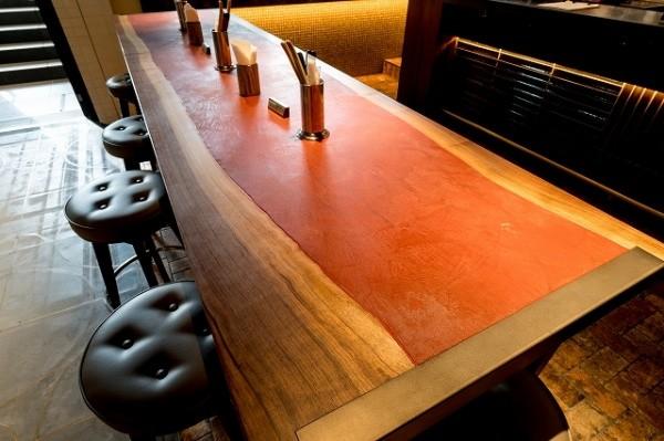 モールテックスで仕上げた赤色のテーブル右アングル
