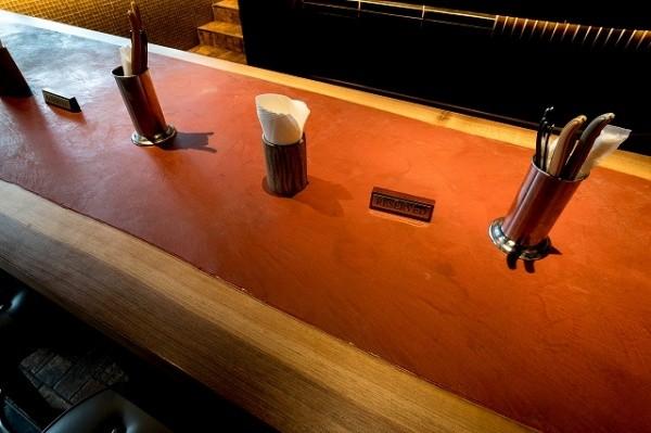モールテックスで仕上げた赤色のテーブル正面アングル