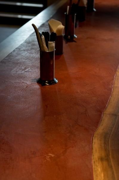 モールテックスで仕上げた赤色のテーブル、テーブル上の画像