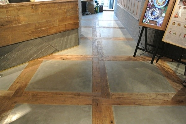 フローリングで区切られた部分へポリーブルグレーを施工した床