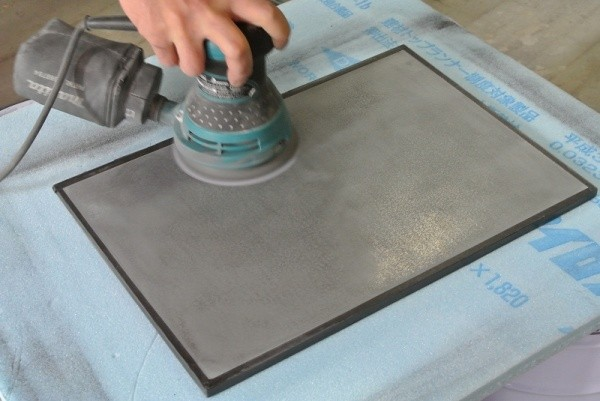 ミダスメタル亜鉛の見本板研磨中
