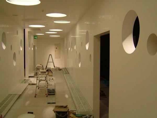 壁の両面が白の石のような大理石調塗り仕上げ