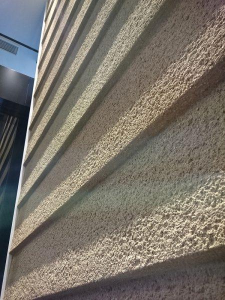銀座プレイス土壁の鎧壁風かき落とし仕上げでしょうか?重厚感のある仕上げ