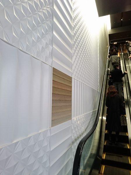 パネルの壁の一部に鎧壁のミニチュア