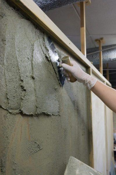 左官体験で壁を塗る様子