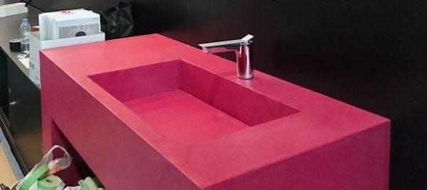 オルトレマテリアを使用した赤のキッチン