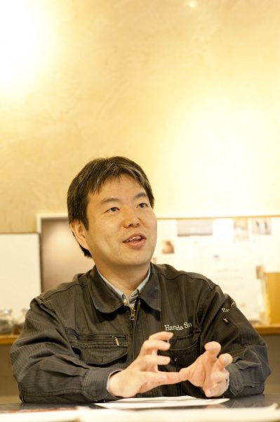 インタビューを受ける代表の原田