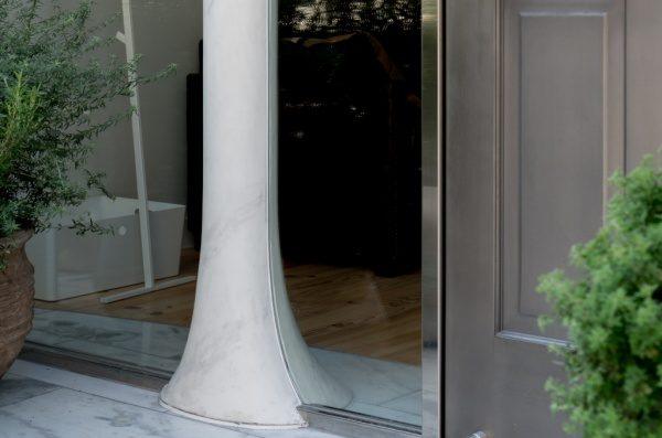 丸柱を大理石調に仕上げる ポリーブル仕上げ