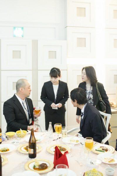 先輩の職人さんたちに挨拶しにテーブルを回ります。