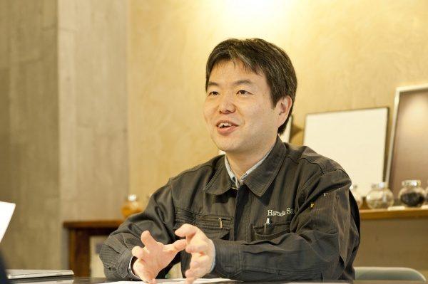 代表の原田がインタビューに答える様子