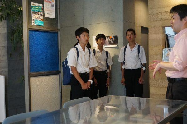 中学校の生徒さん4名が社内の見学と左官体験に来ました