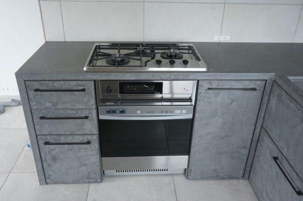 キッチン家具にモールテックスを塗り込んで仕上げた施工例正面アングル