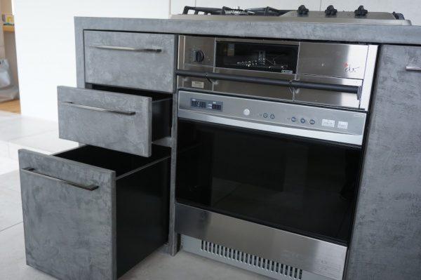 キッチン家具にモールテックスを塗り込んで仕上げた施工例斜めアングル引き出し空けた状態