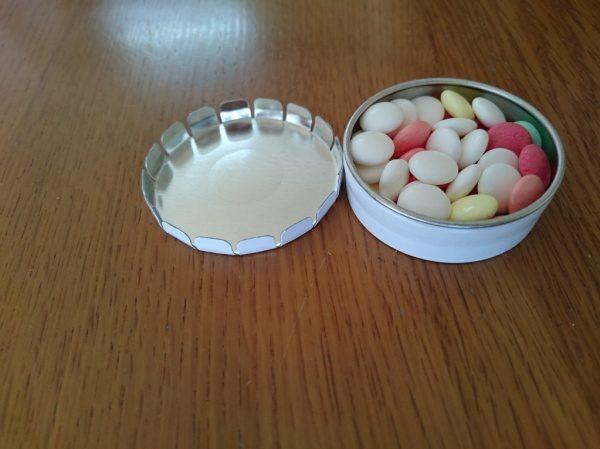 缶蓋を使ったモールテックスのノベルティーの中身はキャンディー