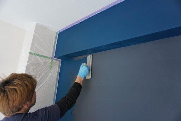 マグネットプラスターの上に藍色の珪藻土を塗っている