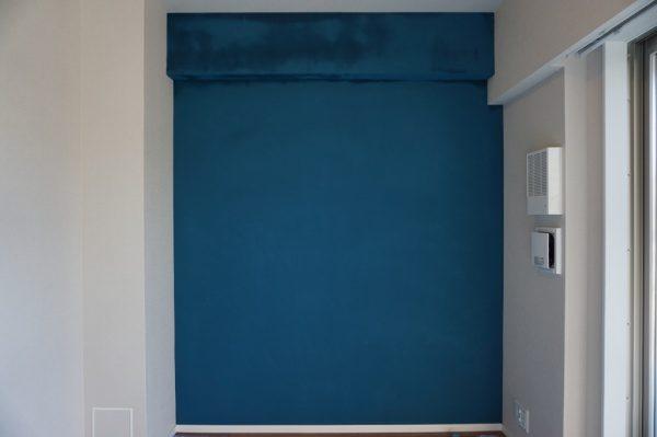マグネットプラスターの上に藍色の珪藻土、フラットな仕上げ