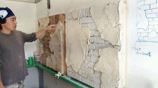 剥がれ落ちた壁の部分は一度塗り込んで、実際に剥がします