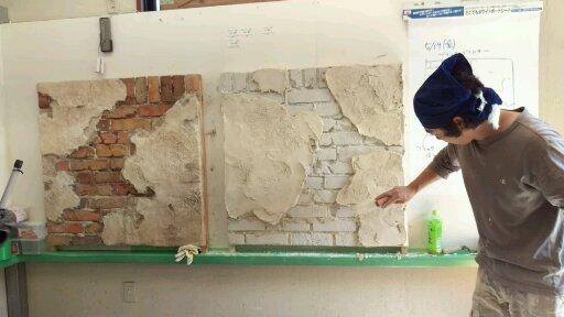 剥がすことでリアルな朽ちた壁を表現
