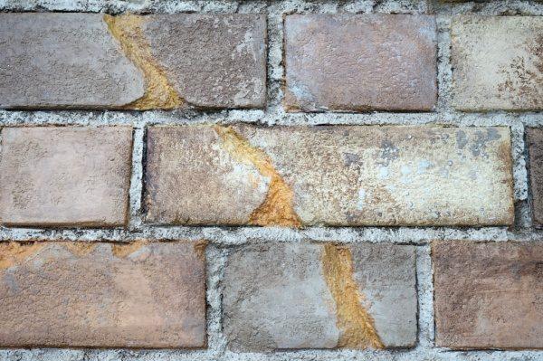 割れた煉瓦を表現する部分では割れた断面は違う色を入れて、本物感を出します。