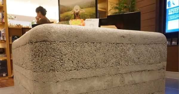 塗り版築仕上げのディスプレイ台の立ち上がり、左官で作る柔らかい曲線がやさしい印象