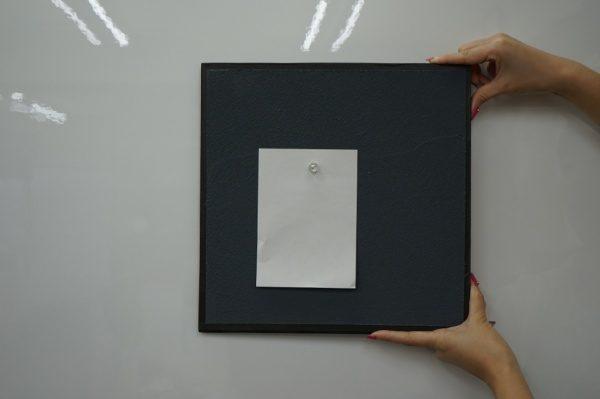マグネットプラスターの壁面に磁石で紙を貼り付けている