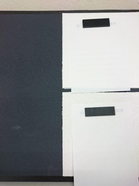 マグネットプラスター下地、右上がフラットな珪藻土仕上げ、右下がじゅらく調の珪藻土仕上げ、どちらもマグネットがしっかりくっついている