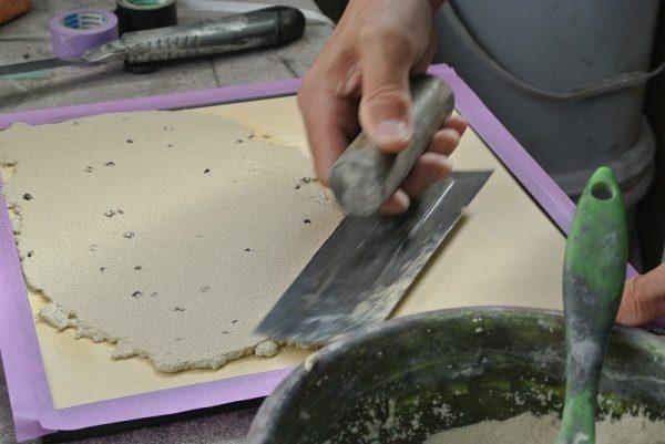 鏝で蕎麦殻入り塗り壁サンプル作成中の様子