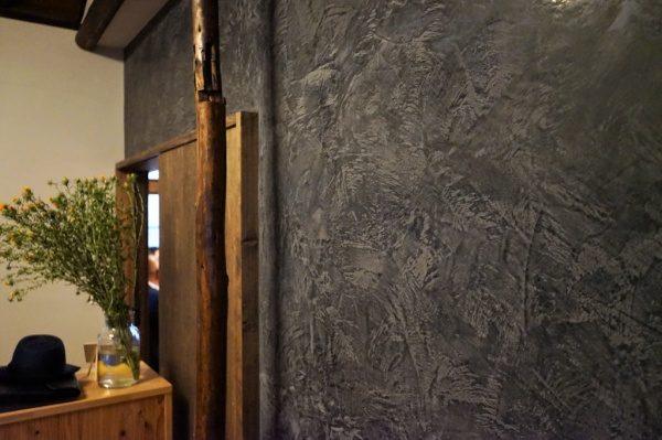 ムラリオ壁。鏝波があるように見えますが、下塗りの印影が浮き出ている状態
