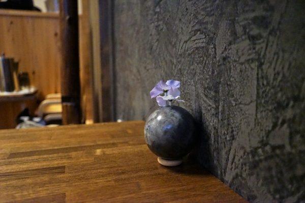ムラリオ壁と同じ色で作った一輪挿しの光泥団子に花が生けてある