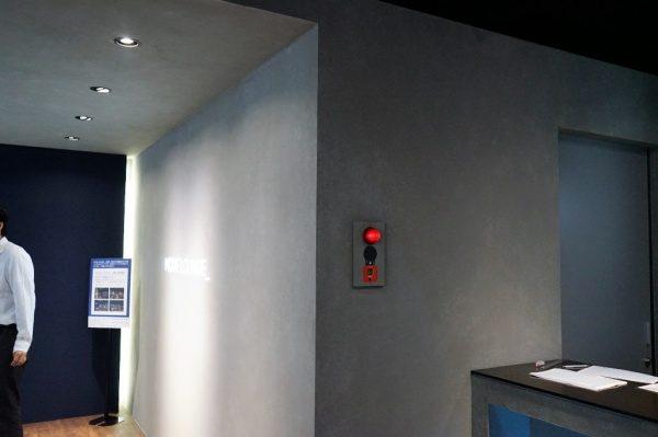 喫煙スペース壁にコンクリート打ち放し風仕上げ