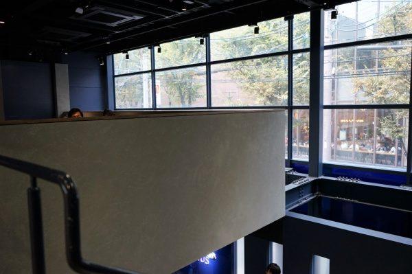 石膏ボードの上に2-3mmでコンクリート調の仕上げを行っています