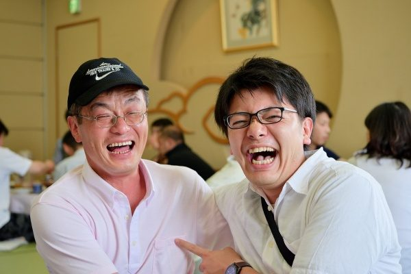 当社のベテラン職人さんと若手の工事管理とのツーショット。笑顔が素敵です。