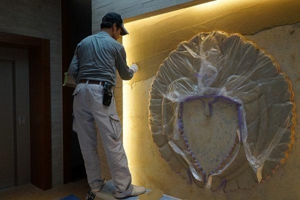 左官レリーフ家紋仕上げバックの壁の施工開始