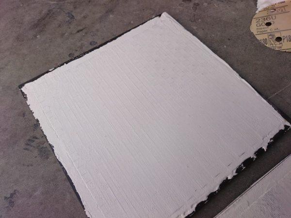 当社のセメント系仕上げ材「ポリーブル」の中にサンドイッチするように金属メッシュを埋め込んでいます
