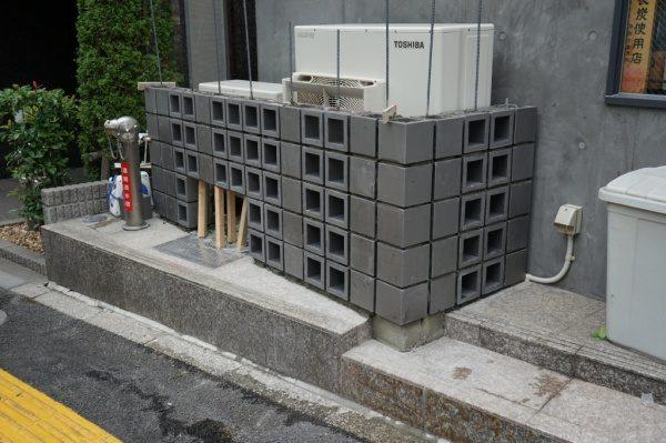 いぶしブロックも丁寧に積んでいきます