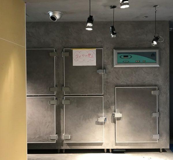 業務用冷蔵庫表面のステンレス部分にグレーのモールテックスで施工