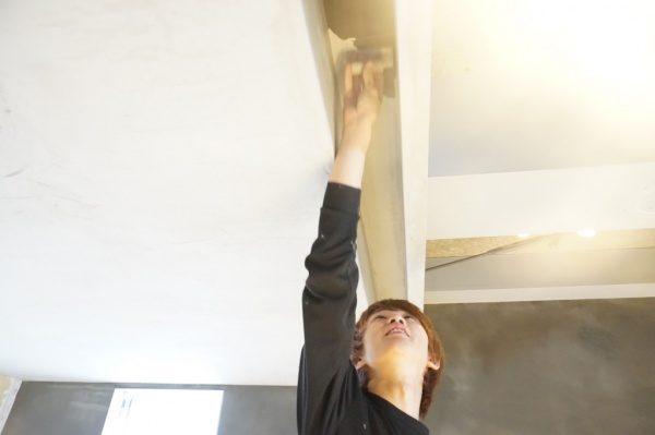 厨房の狭い箇所の施工中の様子