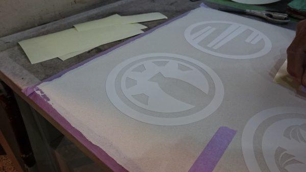 下塗りした面に模様のシートを貼ります