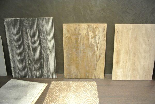 1回目の塗りにスジ柄を入れた木目調のモールテックス