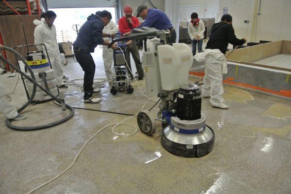掃除機でノロ水を吸い取り仕上げていきます