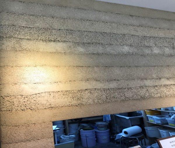 左官ライブラリー内部の壁面 塗り版築仕上げ