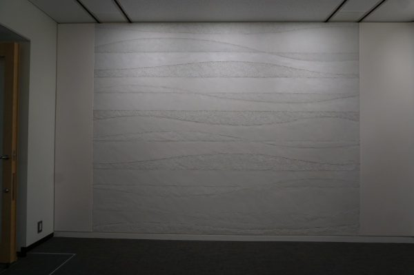 オフィスのエントランスに白の塗り版築仕上げを施工してます。