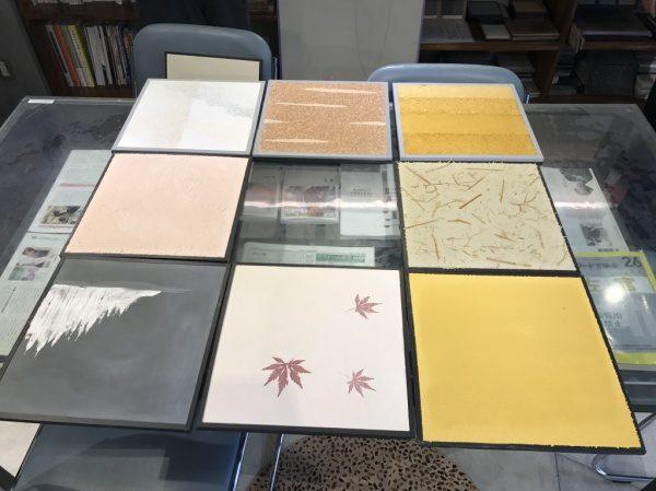 机の上に左官の見本8種類並べる